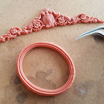 tag leret forsigtigt ud med en pincet